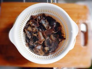 凉拌木耳胡萝卜粉丝,捞起沥干水分。