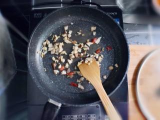 凉拌木耳胡萝卜粉丝,将香菇丁和姜末,干辣椒(碎),放入炒锅(或平底锅),炒干水汽。