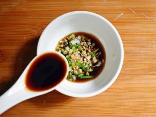 凉拌木耳胡萝卜粉丝,取一只小碗,放入蒜末、葱花、两勺生抽、两勺香醋,搅拌均匀。