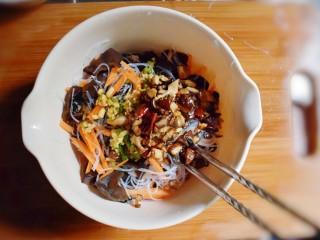 凉拌木耳胡萝卜粉丝,将爆香的香菇、蒜末,倒入。