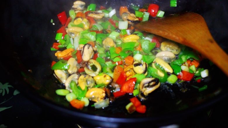 海虹蒜苗什锦蛋炒饭,大火继续翻炒至所有的食材断生变色的时候。