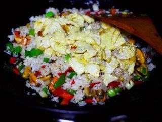 海虹蒜苗什锦蛋炒饭,加入提前炒熟的鸡蛋。