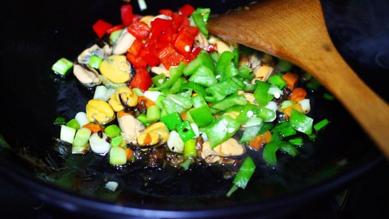 海虹蒜苗什锦蛋炒饭,这个时候加入青红椒丁。