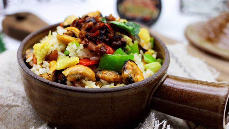 海虹蒜苗什锦蛋炒饭,把做好的炒饭盛到碗里,上面我又放了一勺海鲜酱。