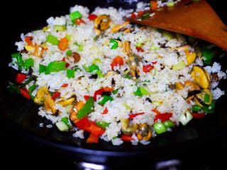 海虹蒜苗什锦蛋炒饭,把倒在锅中的米饭打散后,和所有的食材混合翻炒均匀后。