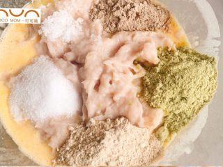 宝宝版午餐肉,搅打好的肉泥倒入拌好的蛋液中,分别加入糖,盐,木耳银耳粉,调味粉,三菇粉