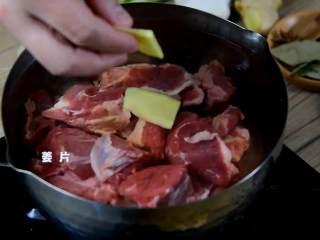 红烧牛腩炖萝卜—入冬了,来上这一锅马上让你整个人都暖起来,冷水入锅焯水,加入料酒、姜片。