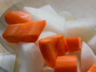红烧牛腩炖萝卜—入冬了,来上这一锅马上让你整个人都暖起来,白萝卜、胡萝卜去皮切块。