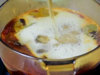红烧牛腩炖萝卜—入冬了,来上这一锅马上让你整个人都暖起来,先加开水,再加1罐啤酒。