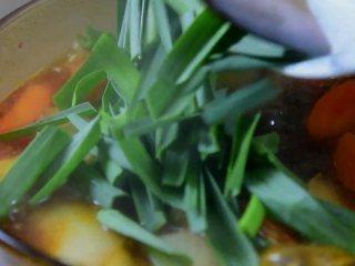 红烧牛腩炖萝卜—入冬了,来上这一锅马上让你整个人都暖起来,最后加适量盐调味,倒入青蒜叶关火即可。