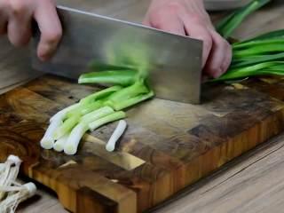 红烧牛腩炖萝卜—入冬了,来上这一锅马上让你整个人都暖起来,青蒜切段。