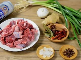 红烧牛腩炖萝卜—入冬了,来上这一锅马上让你整个人都暖起来,·食材·  【主料】带筋牛腩 1斤|白萝卜 1根|胡萝卜 1根|青蒜 适量|啤酒 1罐  【辅料】:大蒜 7-8瓣|生姜 少许|干辣椒5-6颗|冰糖 适量|花椒 适量|八角、桂皮、香叶 少许