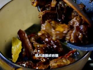 红烧牛腩炖萝卜—入冬了,来上这一锅马上让你整个人都暖起来,移入汤锅或砂锅。