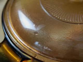 红烧牛腩炖萝卜—入冬了,来上这一锅马上让你整个人都暖起来,煮开加盖转小火炖1个半小时。