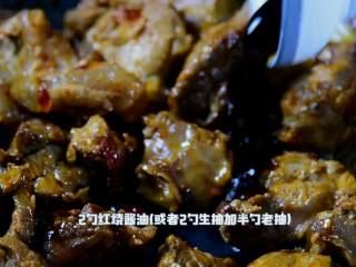 红烧牛腩炖萝卜—入冬了,来上这一锅马上让你整个人都暖起来,加入2勺红烧酱油(或者2勺生抽加半勺老抽)。