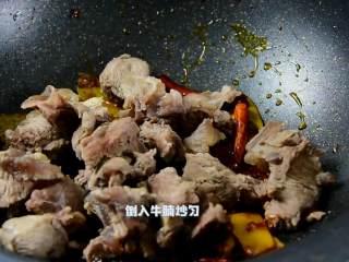 红烧牛腩炖萝卜—入冬了,来上这一锅马上让你整个人都暖起来,倒入牛腩炒匀。