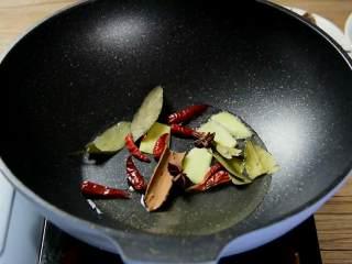 红烧牛腩炖萝卜—入冬了,来上这一锅马上让你整个人都暖起来,热锅冷油,倒入干辣椒、八角、桂皮、香叶炒香。