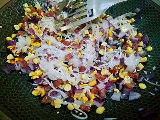 快手萝卜糕,腌好的萝卜丝水倒掉,再把萝卜丝倒下去,花生米倒下去,一起搅拌均匀