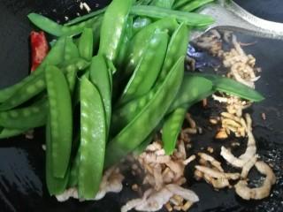 肉炒荷兰豆,再放入控好水的荷兰豆。
