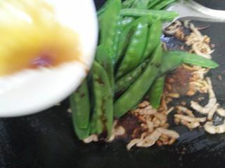 肉炒荷兰豆,放入酱油,大火煸炒均匀,