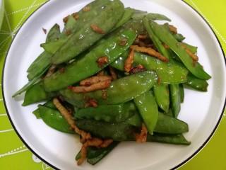 肉炒荷兰豆,出锅装盘,可以闻到荷兰豆的清香,翠绿清爽。荷兰豆炒肉丝优雅的小菜。