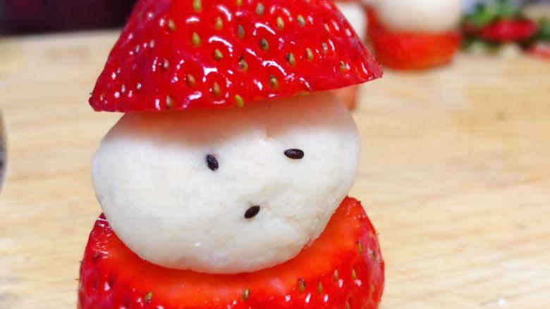 草莓圣诞老人,<a style='color:red;display:inline-block;' href='/shicai/ 668'>黑芝麻</a>粘在山药球上做眼睛和嘴巴