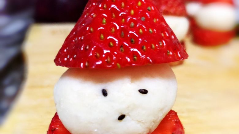 草莓圣诞老人,再弄一丢丢山药泥粘在顶端
