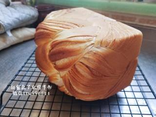 豆沙大理石纹吐司,烤箱上下火150度中下层烘烤40分钟,中间上色盖锡纸