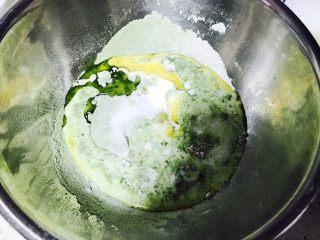 圣诞树松饼,把黄油,蛋液,牛奶加入搅拌均匀