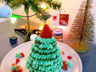 圣诞树松饼,粒草莓旁边可以挤上一点奶油装饰