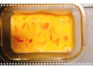 红柚鸡蛋糕,将红柚掰碎和配方奶一起倒入鸡蛋液中搅拌均匀!
