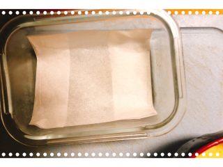 红柚鸡蛋糕,容器放上硅油纸