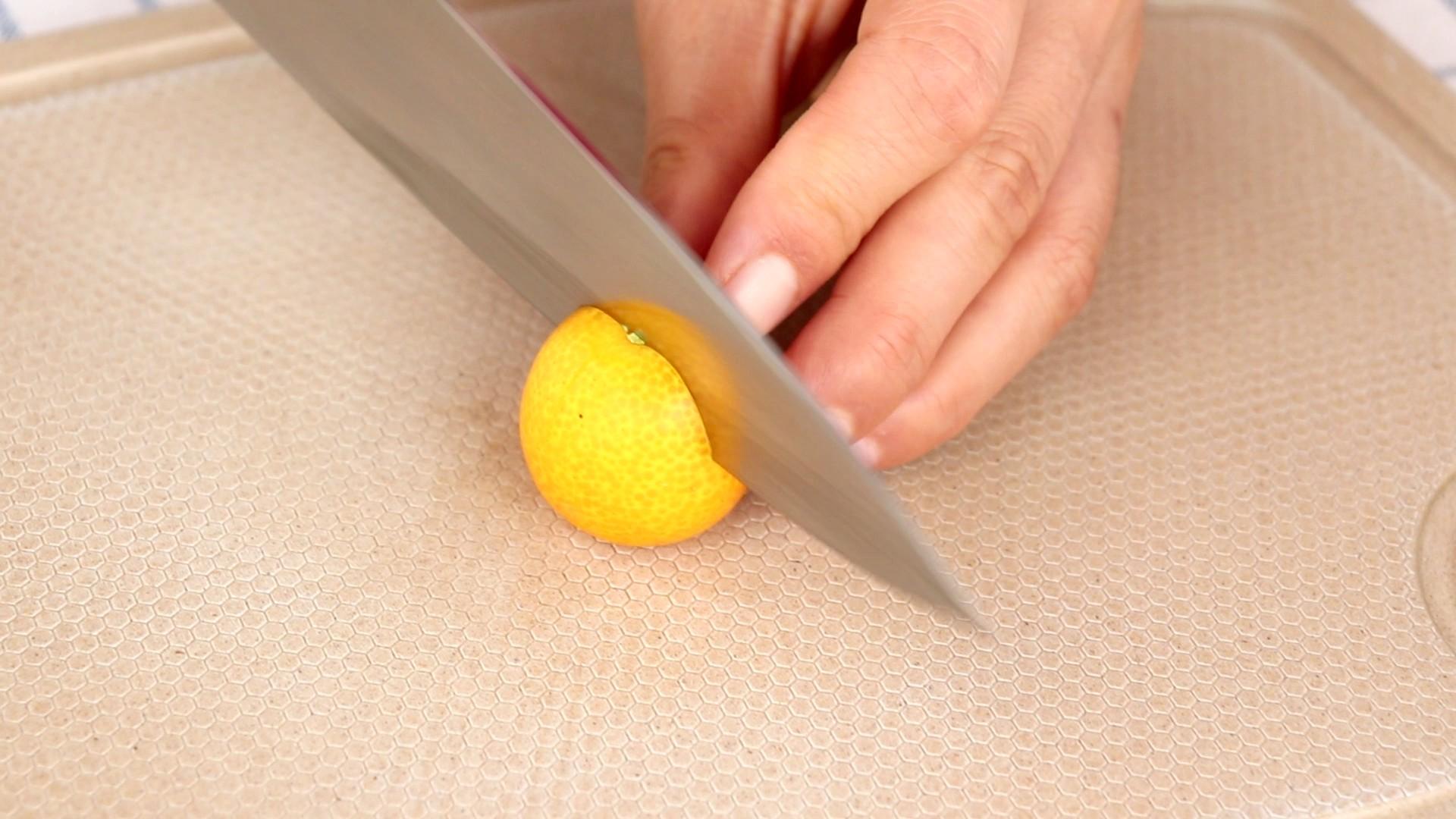 蜜饯金桔 宝宝零食,清洗干净的金桔,去蒂划十字</p> <p>tips:划十字是为了更好的浸入糖水