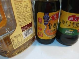 新文美食  肉末炒蒜苔,事先把料酒,美味鲜酱油,耗油准备好。