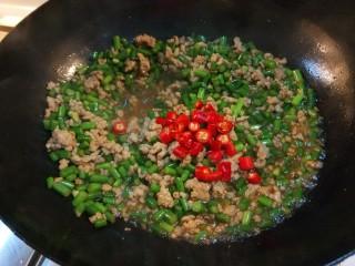 新文美食  肉末炒蒜苔,炒均匀,最后出锅放入小米辣。
