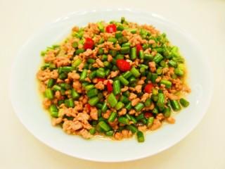 新文美食  肉末炒蒜苔,装盘即可食用。