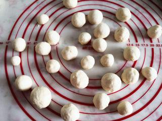 圣诞树面包,取一份分成若干个小份,滚圆备用,