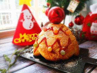 圣诞树面包,烤箱预热,上下火,最下层,180度,烤30分钟左右,出炉晾凉,为防止上面上色过重,可以观察后加盖锡纸。可以根据自己的喜欢来装饰一下,椰蓉的加入让这个面包更香更甜更好吃了,椰蓉也可以换成你喜欢的其它馅。