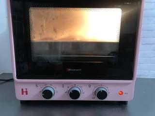 一次发酵餐包,把烤盘放入烤箱,开启发酵模式,在烤盘下再放一盘热水,发酵至两倍大。