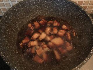 虎皮鹌鹑蛋烧肉,倒入适量热水