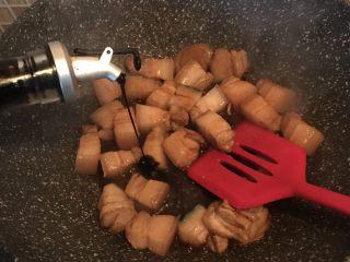 虎皮鹌鹑蛋烧肉,加入老抽翻炒均匀