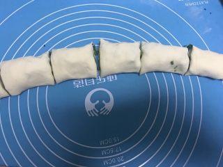 香香脆脆葱花饼,然后将面团切均匀小段。