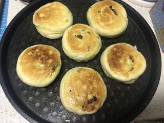 香香脆脆葱花饼,两分钟左右翻面下,烤至金黄即可出锅。
