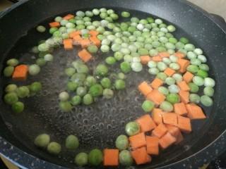 豌豆牛肉粒,开水放入豌豆和胡萝卜丁焯水 锅中加点盐