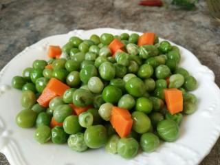 豌豆牛肉粒,捞出控水备用