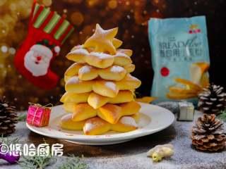 圣诞树面包,把面团从下往上,安装下面大上面小的模式排列起来,就是一棵圣诞树。撒上糖粉或面粉,以及糖针装饰一下即可。