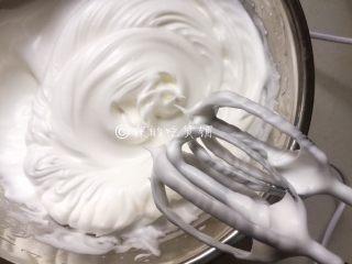 网红的爆浆珍珠蛋糕,盛蛋白的盆必须是无水无油的。分三次加入细砂糖,打发至拉出尖角的干性发泡。