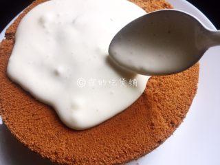 网红的爆浆珍珠蛋糕,把奶盖浇在蛋糕表面。