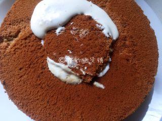 网红的爆浆珍珠蛋糕,把挖出的蛋糕片重新盖回去。