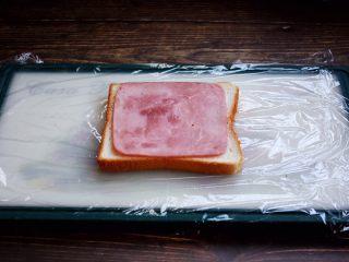 三明治,放入一片火腿。